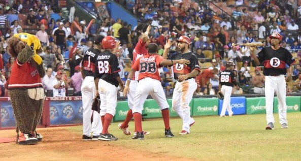 jugadores-del-escogido-celebran-su-victoria-contra-los-tigres-del-licey-e1453085834342